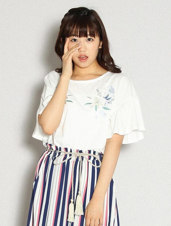 刺繍入りフレア袖Tシャツ